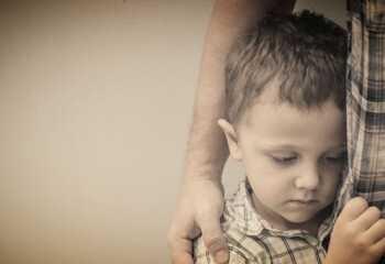 Почему ребенок стеснительный? Причины, особенности поведения, рекомендации родителям