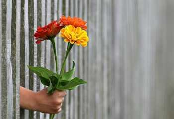Почему мужчина не дарит подарки, деньги и цветы?