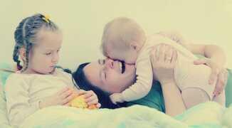 Почему появляется ревность к младшему ребенку и как с ней бороться