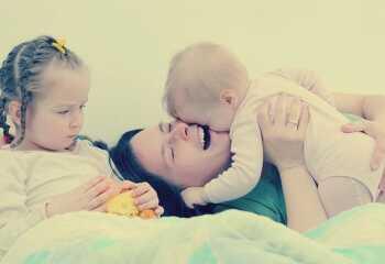 Что делать родителям, если старший ребенок ревнует к младшему