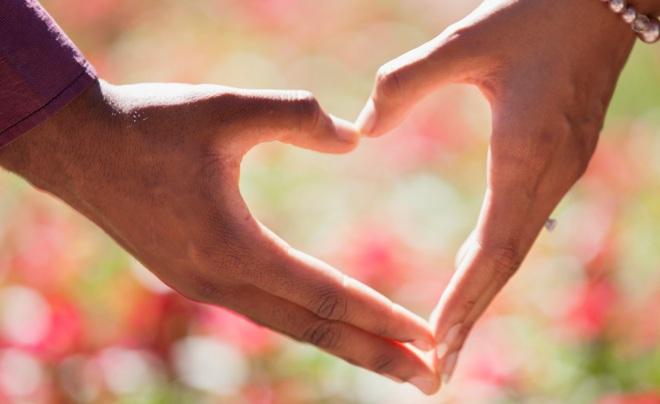 Ладони семейной пары в виде сердца
