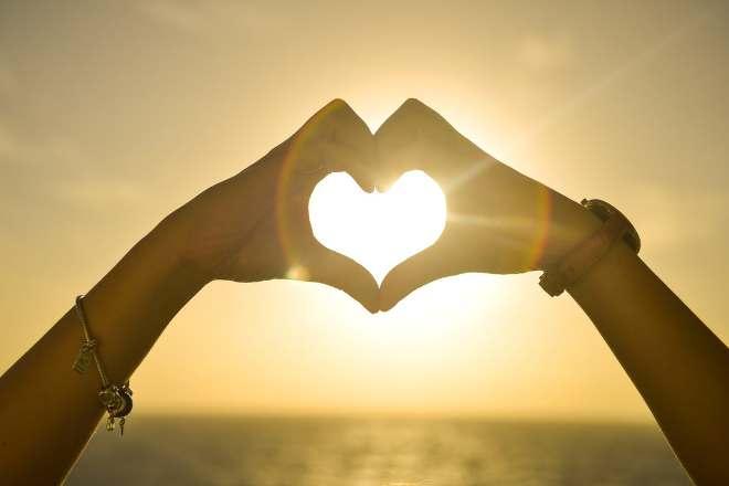 Сложенные в виде сердца ладони влюбленных