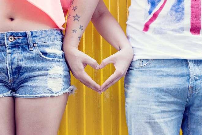 Символ любви сердце из ладоней влюбленных