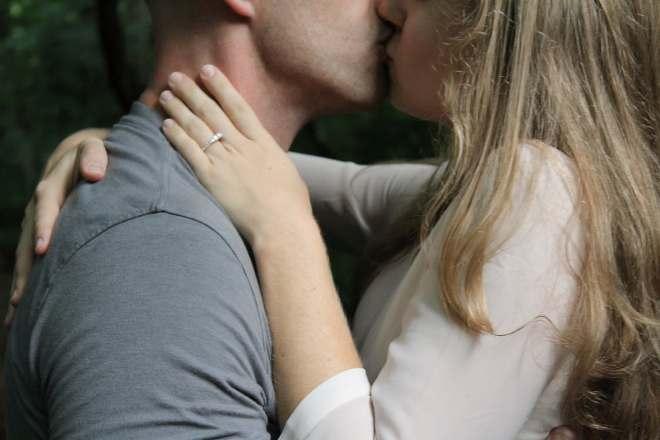 Целующаяся пара