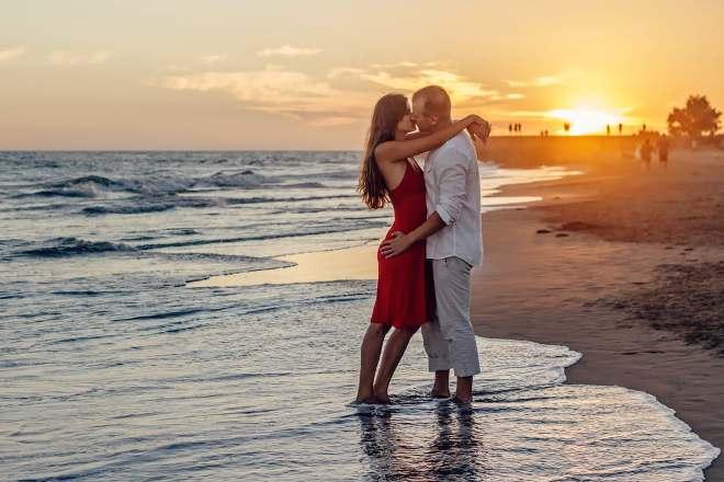 Мужчина после развода на море с новой девушкой