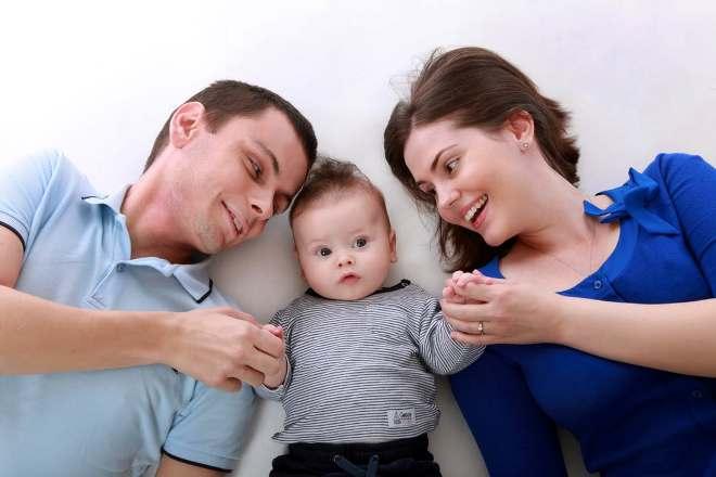 Ребенок с родителями в кровати