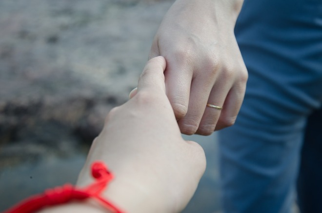 Рука жены выскользает из руки мужа