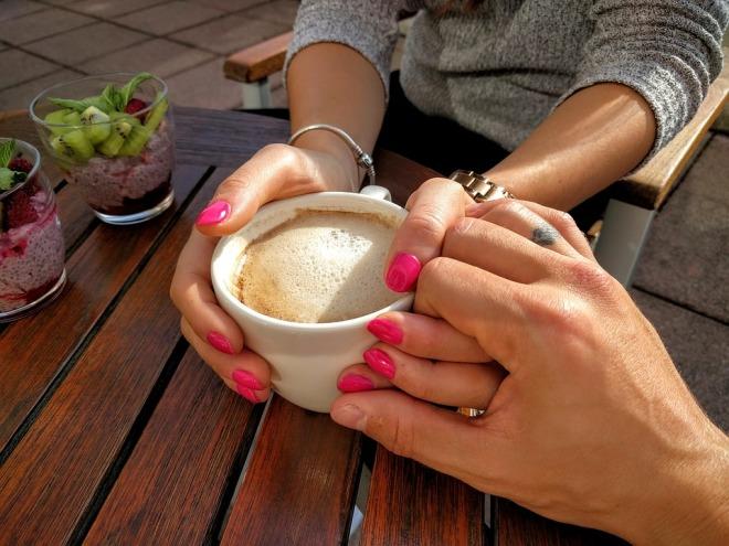 Парень и девушка пьют вместе кофе