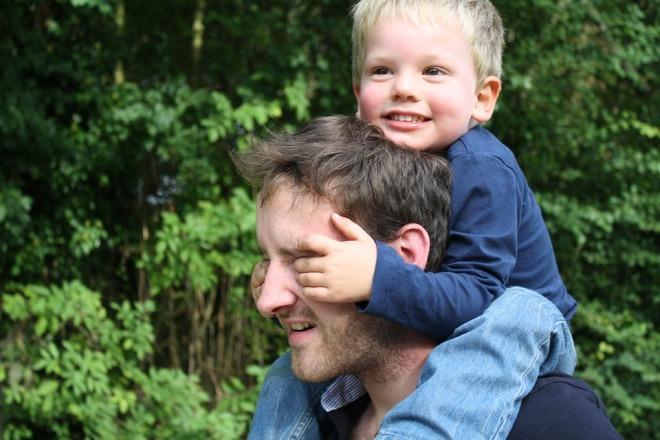 Отец с ребенком на плечах