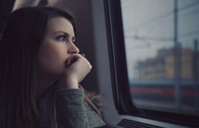 Девушка думает о конфликте с парнем