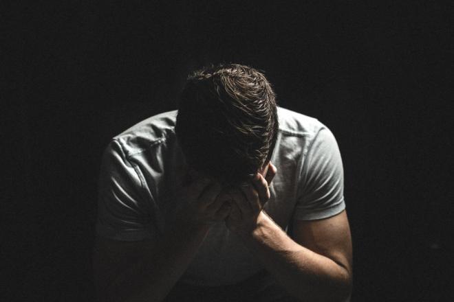 Мужчина грустит от расставания с девушкой