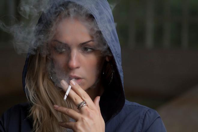 Курящая от стресса жена