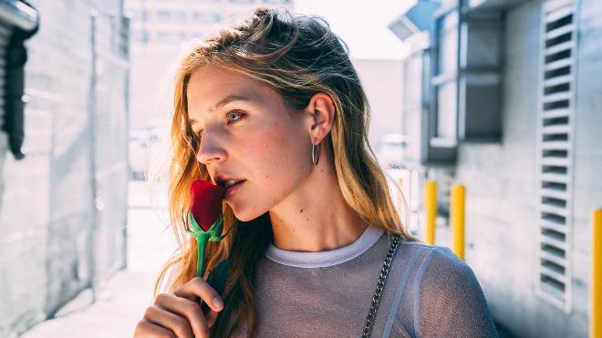 Девушка с цветком после конфликта с парнем