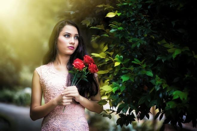 Красивая девушка с розами