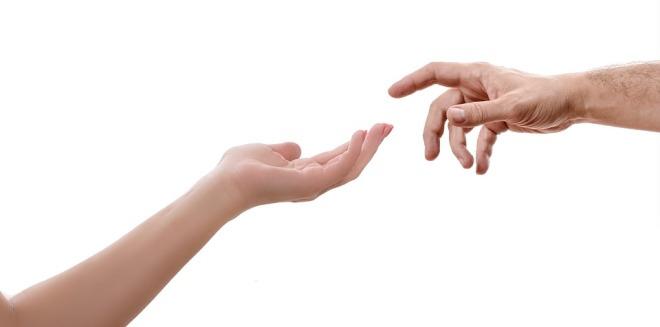 Тянущиеся друг к другу руки
