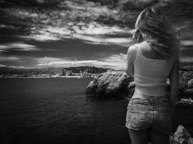 Девушка на фоне моря