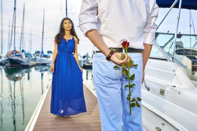 Парень дарит розу любимой