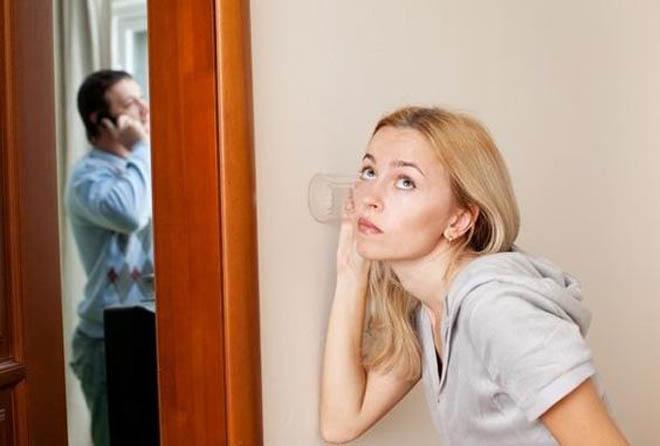 девушка подслушивает парня