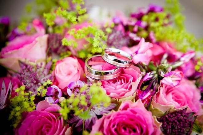 Цветы и свадебные кольца