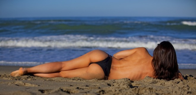Полуголая девушка на пляже