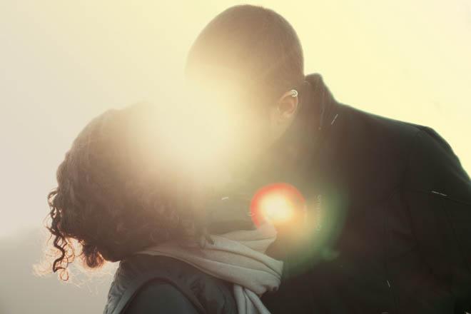 пара целуется под солнцем