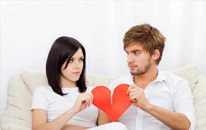 парень и девушка разрывают сердечко