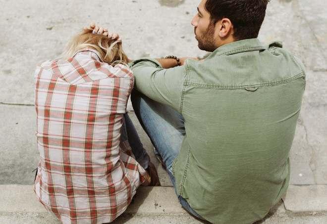 Расстроенные мужчина и женщина