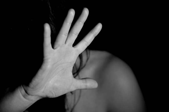 Девушка закрывается рукой
