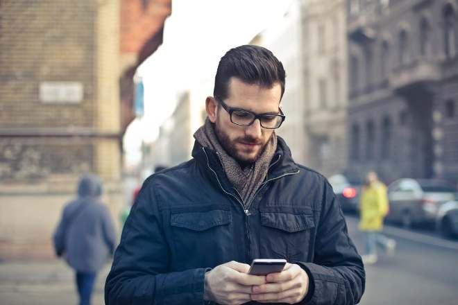 Мужчина пишет СМС