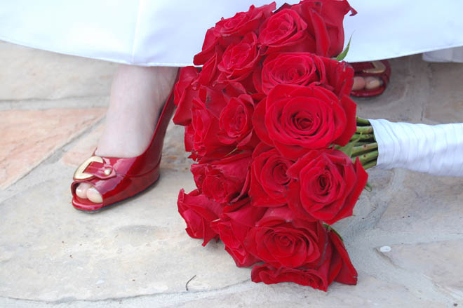 розы в атласной ленте рядом с невестой