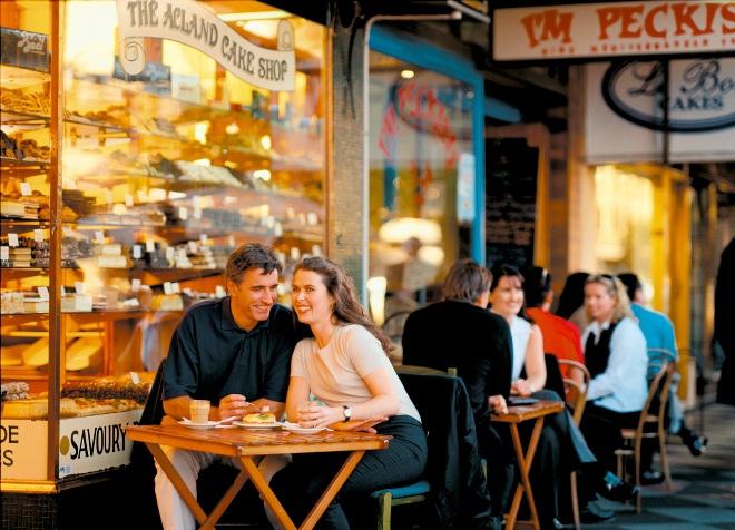 Пара ужинает в ресторане