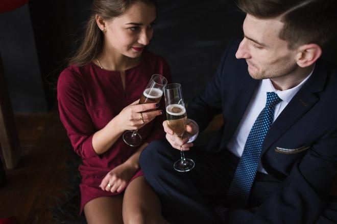 Парень с девушкой пьют шампанское