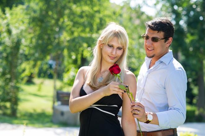 Парень дарит розу девушке