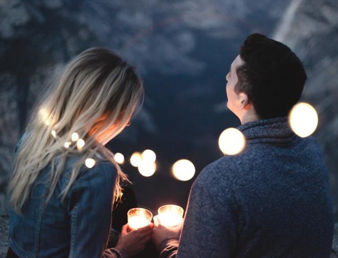 Парень с девушкой при свечах