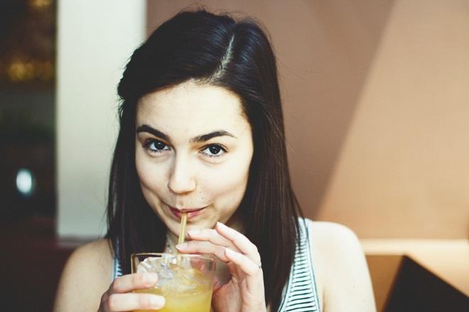 Женщина с напитком