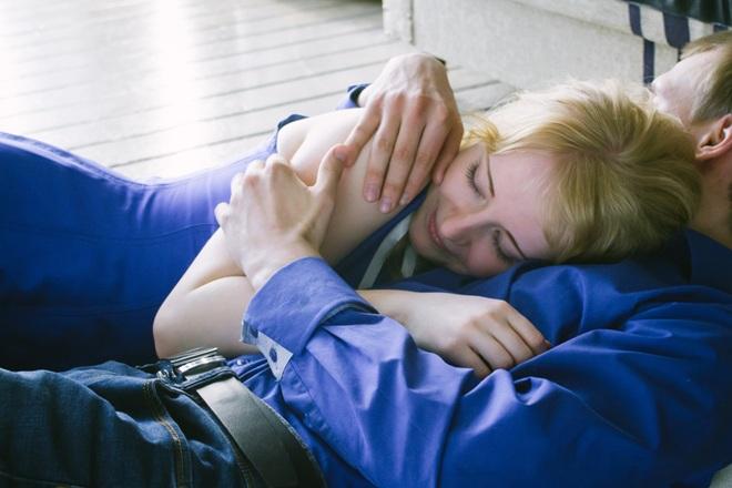 Девушка с парнем обнимаются