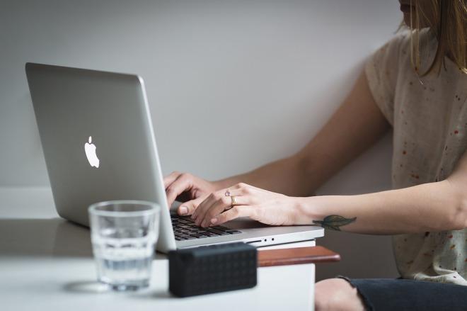 Девушка с ноутбуком печатает