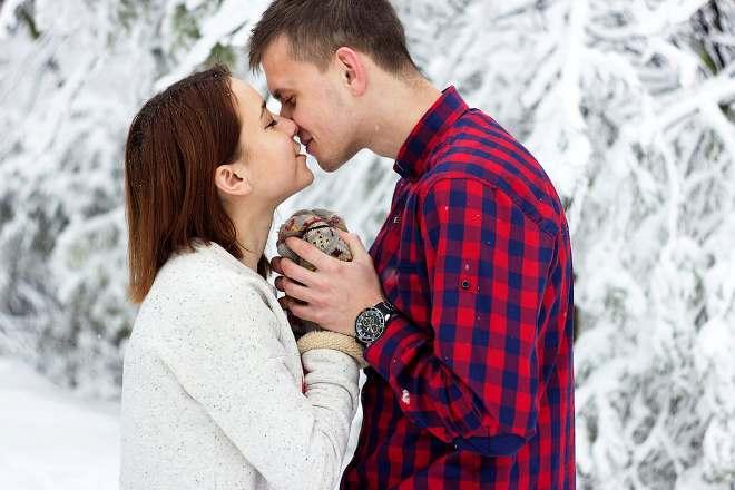 Влюбленные целуются в зимнем парке
