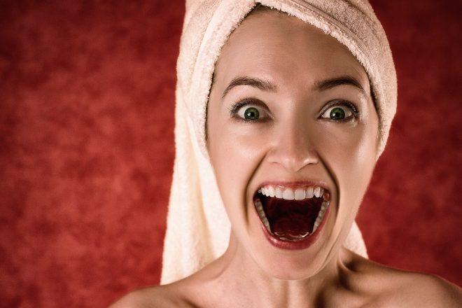 Девушка в полотенце кричит