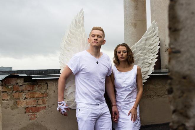 Парень с крыльями ангела и девушка