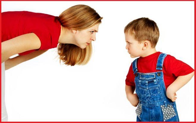 Мать ругает мальчика