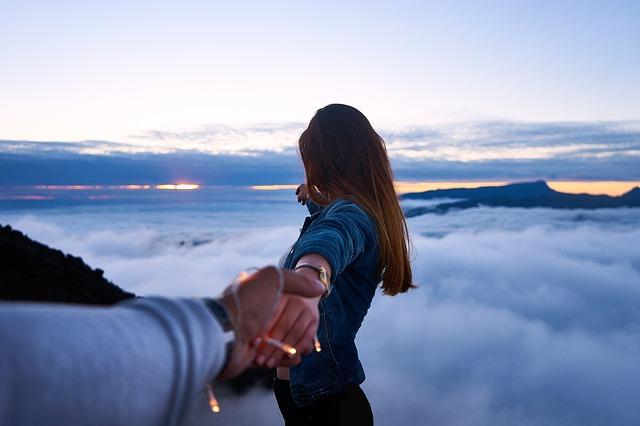 Над облаками за руку