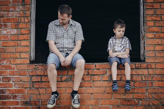 Грустные мужчина и мальчик