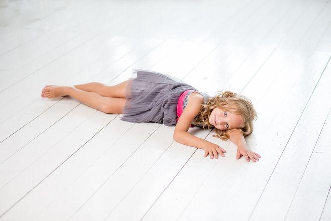 Маленькая девочка на полу