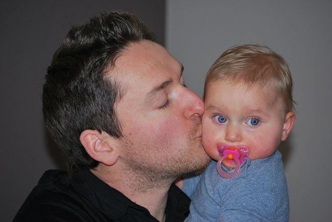 Папа с маленьким ребенком