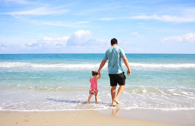 Папа с дочерью на море