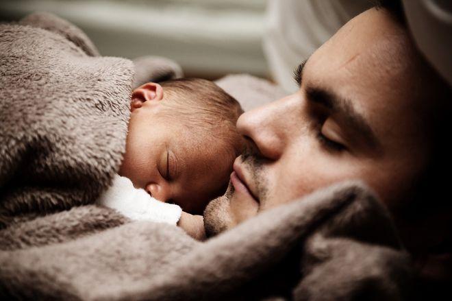 Спящий отец с малышом