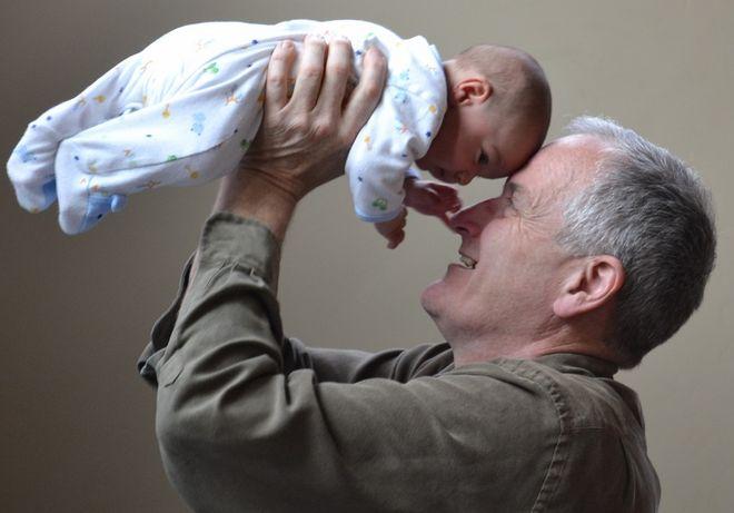 Мужчина в возрасте с ребенком