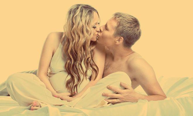 Беременная девушка с мужчиной