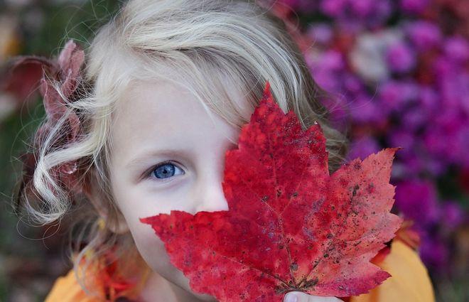 Девочка с листиком